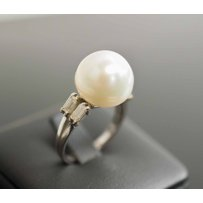 A SOUTHSEA CULTURED PEARL AND BAGUETTE DIAMOND DRESS RING