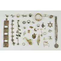 A BOXED LOT OF ASSORTED JEWELLERY